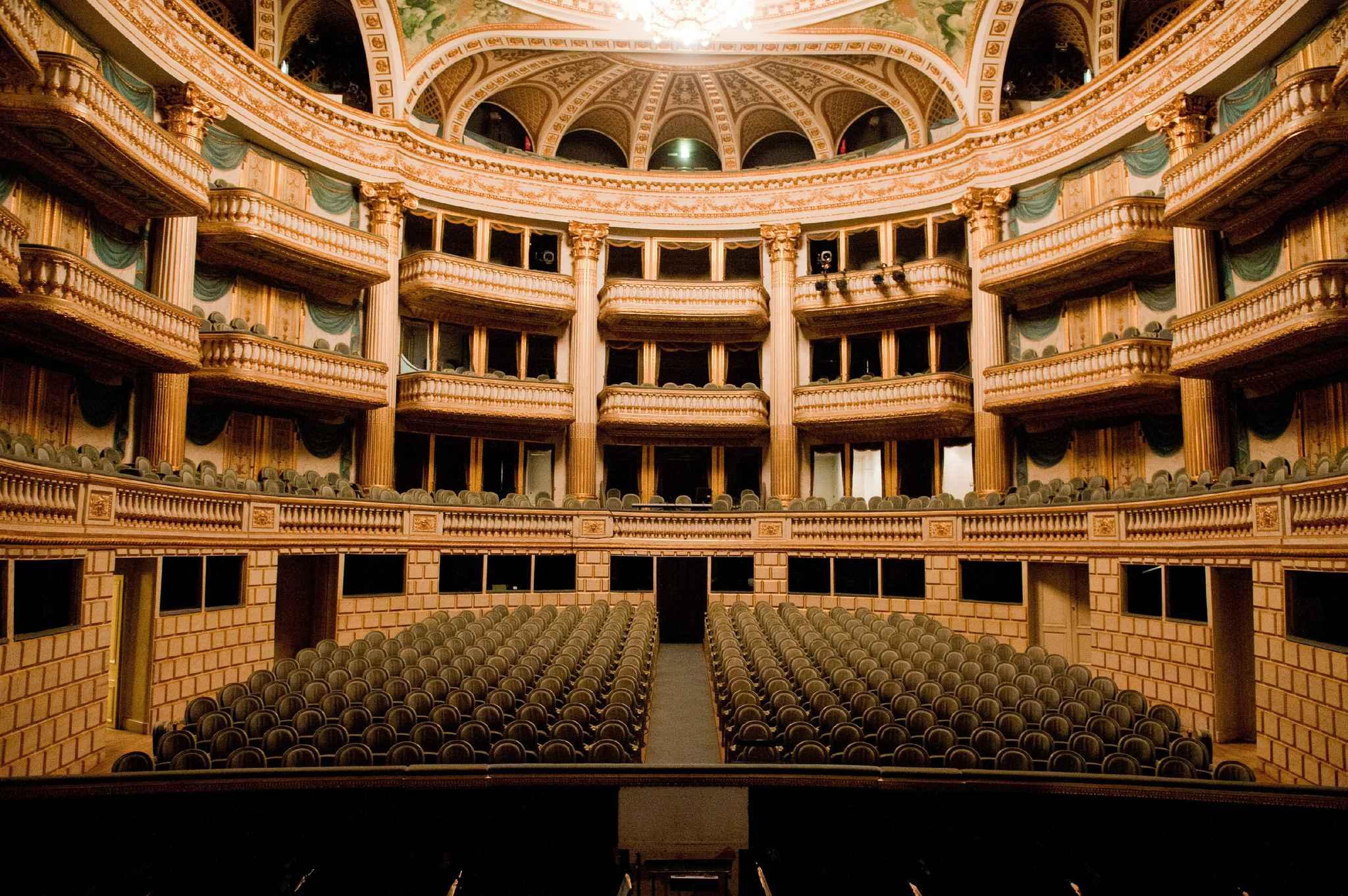 2048x1536-fit_bordeaux-20-septembre-2011-les-coulisses-de-l-opera-au-grand-theatre-de-bordeaux-les-costumieres