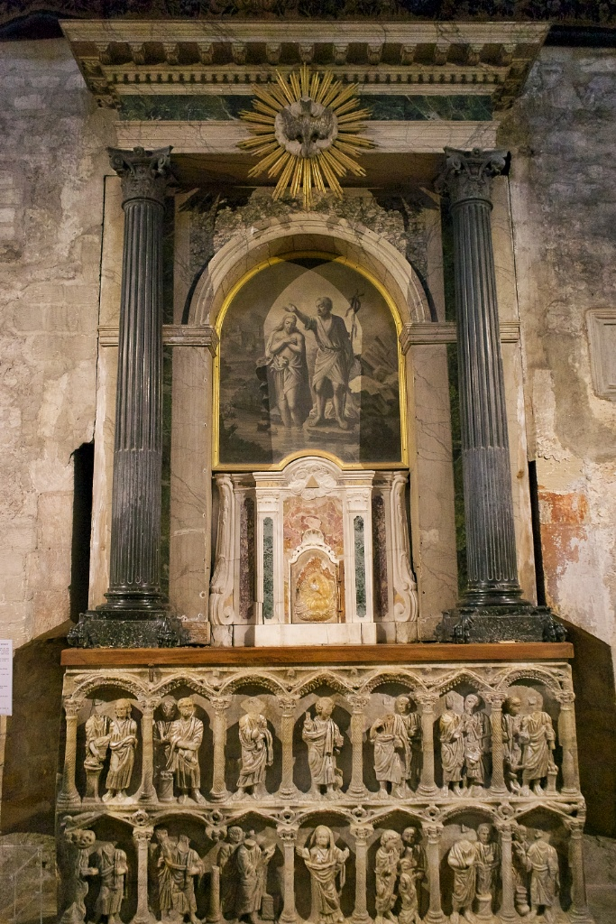 ancinet-sarcophagus-in-church-of-saint-trophime-arles-france